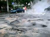 В центре Киева дорога с асфальтом ушла под землю