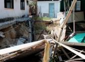 Карстовая воронка поглотила несколько домов в малайской деревне