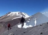 Перуанский вулкан Сабанкая выбрасывает пар и газ