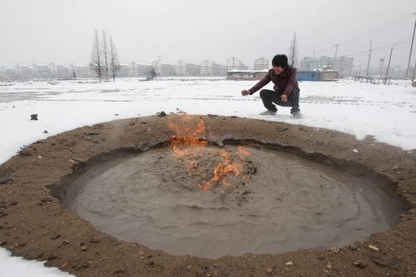 Канава с горящей жидкой грязью. Провинция Чжэцзян. Январь 2010 год. Фото с aboluowang.com