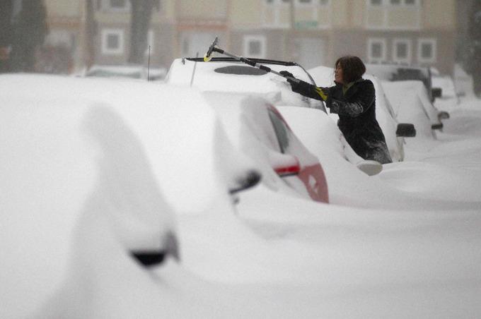 Почти половина США погребена под снегом