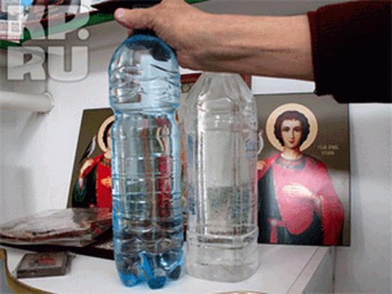 Освященная вода. Фото: Максим КИСЕЛЕВ