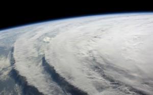 Фотография из космоса гигантской воронки смерча. Фото: priroda-su.blog.ru
